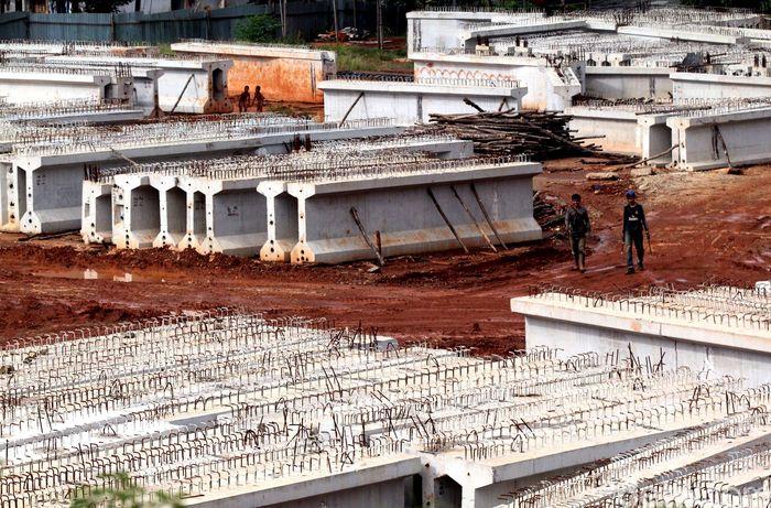 Balok-balok beton siap untuk dipasang.