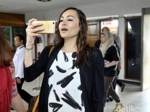 Sidang Putusan Cerai, Dewi Rezer Sibuk Main <i>Handphone</i>