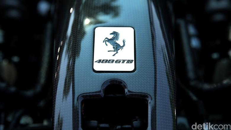 Logo Ferrari Foto: Ari Saputra