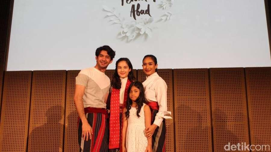 Reza Rahadian dan Chelsea Islan di Jumpa Pers Bunga Penutup Abad