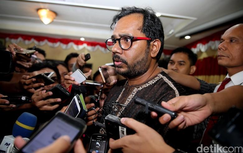 Haris Azhar Marah Dengar Isu Pemberian Gelar Jokowi Putera Reformasi