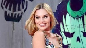 Margot Robbie Bikin Hugh Hefner Penasaran