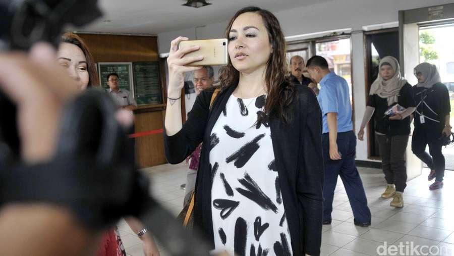Sidang Putusan Cerai, Dewi Rezer Sibuk Main Handphone