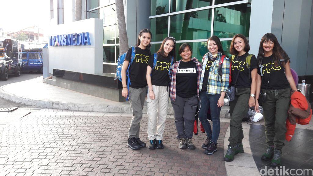 Sambut HUT RI, Para Petualang Cantik Bersih-bersih & Kibarkan Bendera di Gunung Ciremai