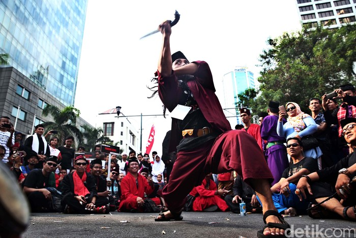 Ribuan pendekar Betawi dari berbagai perguruan silat hari ini menyerbu kawasan car free day (CFD) di Jalan MH Thamrin, Jakarta Pusat,  hari Minggu (7/8/2016). Kedatangan para pendekar itu, dalam rangka memeriahkan event bertajuk 1000 Pendekar Jilid 2 Lebaran Pendekar Betawi 2016.Hasan Alhabshy/detikcom