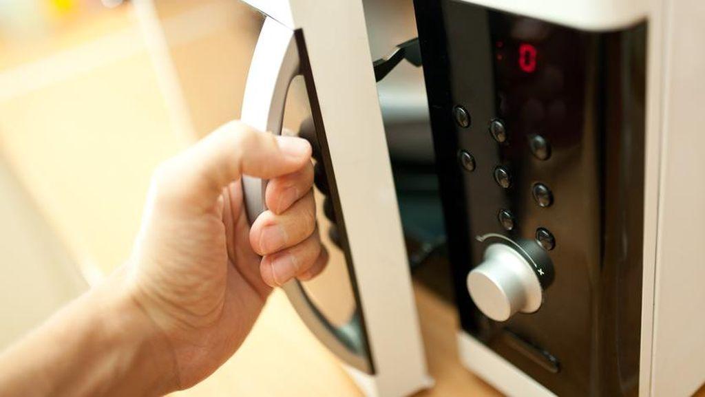 Sekolah Larang Pakai Tas, Siswa Ini Protes Bawa Microwave