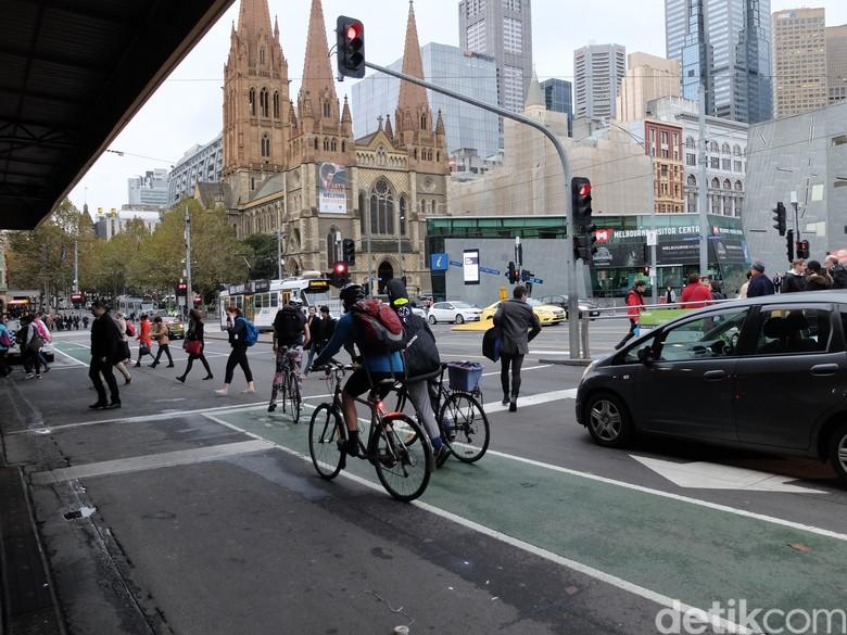 Pengguna jalan bukan cuma mobil dan motor tapi ada pesepeda juga. Foto: Ikhwanul Khabibi/detikcom