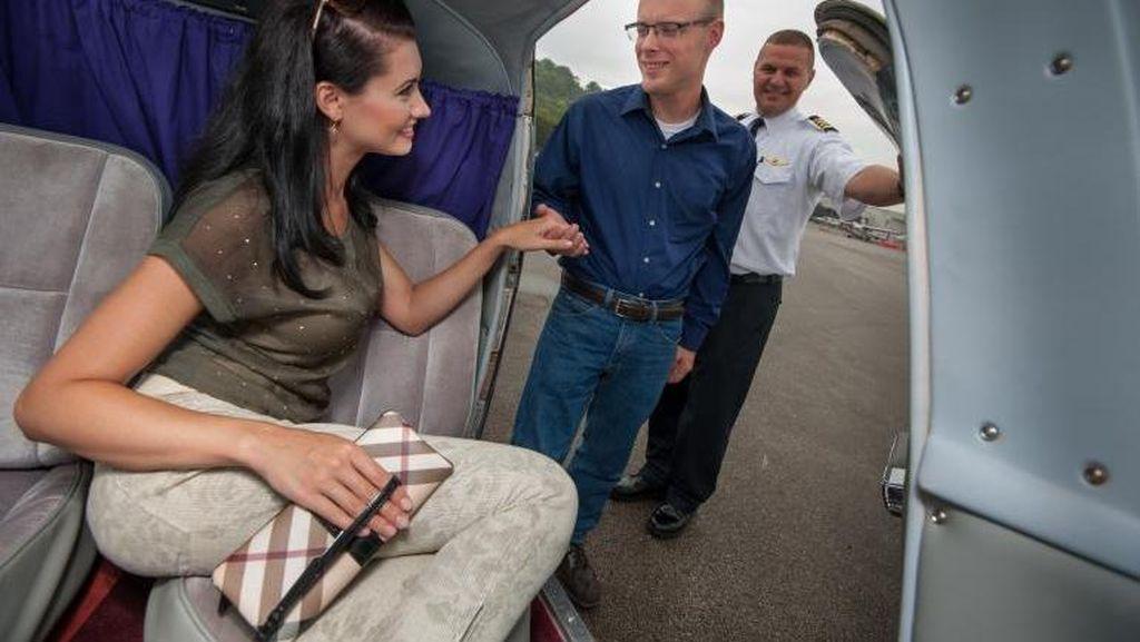 Survei: 1 dari 50 Orang Temukan Cinta Sejati di Pesawat