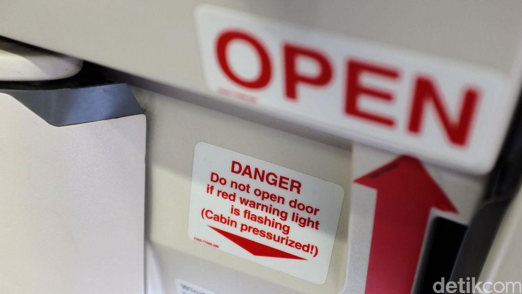 Traveler Ini Coba Buka Pintu Darurat, Alasannya Bikin Kesal