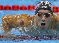 Michael Phelps dengan bekas bekam di tubuhnya.