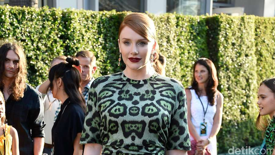 Penampilan Bryce Dallas Howard Dibalut Dress Animal Print