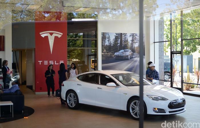 Mobil Listrik Tesla di SIlicon Valley