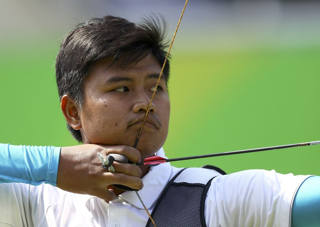 2016 Rio Olympics - Archery - Preliminary - Men's Individual 1/32 Eliminations - Sambodromo - Rio de Janeiro, Brazil - 08/08/2016. Riau Ega Agatha (INA) of Indonesia competes.  REUTERS/Leonhard Foeger  FOR EDITORIAL USE ONLY. NOT FOR SALE FOR MARKETING OR ADVERTISING CAMPAIGNS.