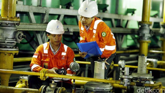 Petugas PGN melakukan pengecekan rutin gas engine di Plaza Indonesia, Jakarta, Rabu (10/8). Saat ini PGN terus memperluas penyaluran gas ke masyarakat, salah satunya ke pusat perbelanjaan.