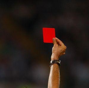 Kartu Merah Absurd: Lempar Bola ke Pemain yang Lagi Dribble