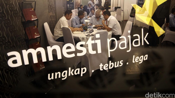 Perusahan sekuritas yang ditunjuk menampung dana repatriasi tax amnesty membuka gerai di BEI, Jakarta. Gerai-gerai itu mengkampanyekan program