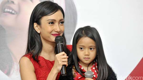 Like Mother Like Daughter! Artika Sari Devi dan Putrinya
