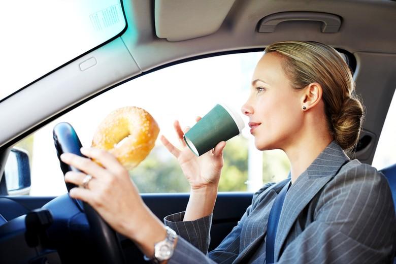 makan sambil berkendara