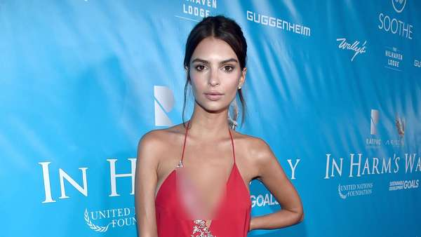 Sexy in Red! Emily Ratajkowski Hot dengan Dress Mini