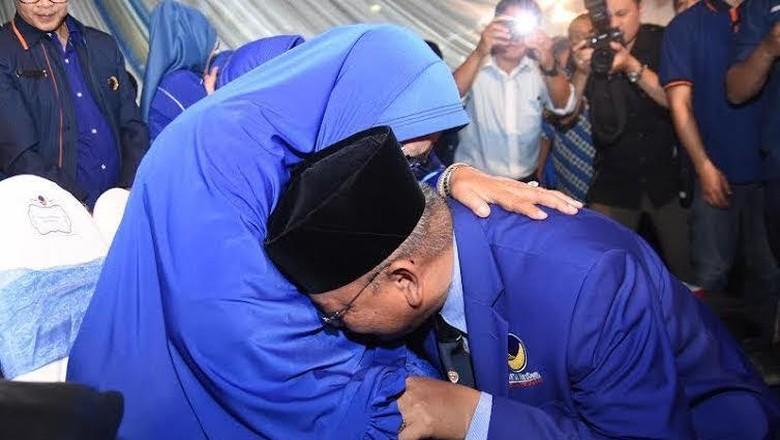 Dilantik jadi Ketua DPW Partai NasDem Jatim, Rendra Kresna Sungkem ke Ibu
