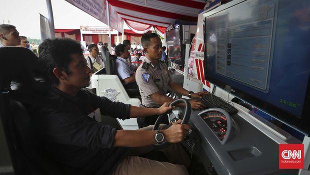 Uji SIM melalui simulator kendaraan, di Jakarta, 2016.