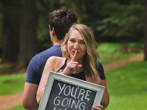 Viral, Foto Suami yang Menangis Saat Dikejutkan Kabar Kehamilan Istri