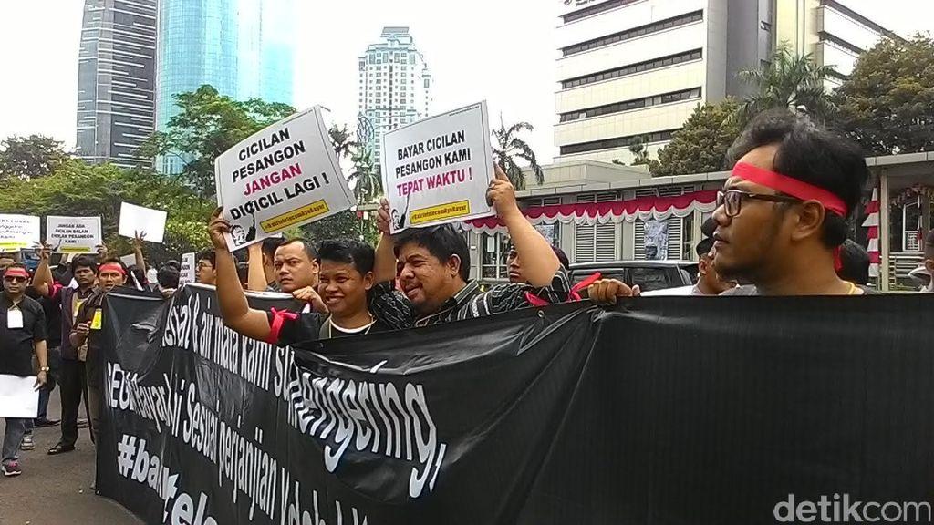 Puluhan Eks Karyawan Bakrie Telecom Tuntut Uang Pesangon