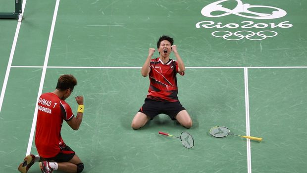 2016 Rio Olympics - Badminton - Mixed Doubles Semifinals - Riocentro - Pavilion 4 - Rio de Janeiro, Brazil - 15/08/2016. Tontowi Ahmad (INA) of Indonesia and Liliyana Natsir (INA) of Indonesia celebrate winning their match against Zhang Nan (CHN) of China and Zhao Yunlei (CHN) of China.     REUTERS/Marcelo del Pozo