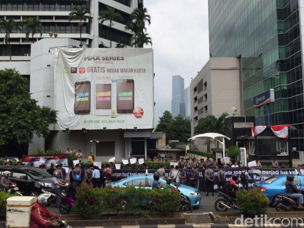 Puluhan mantan karyawan operator pemilk brand Esia itu berkumpul sejak pukul 10 pagi di depan Wisma Bakrie. Foto: detikINET/Adi Fida Rahman