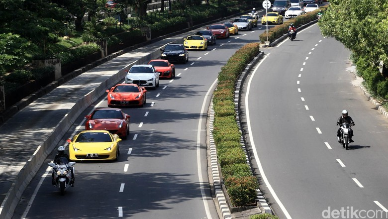 Prestige Motorcars mememeriahkan hari kemerdekaan RI dengan menggelar konvoi mobil mewah yang bertemakan merah-putih.