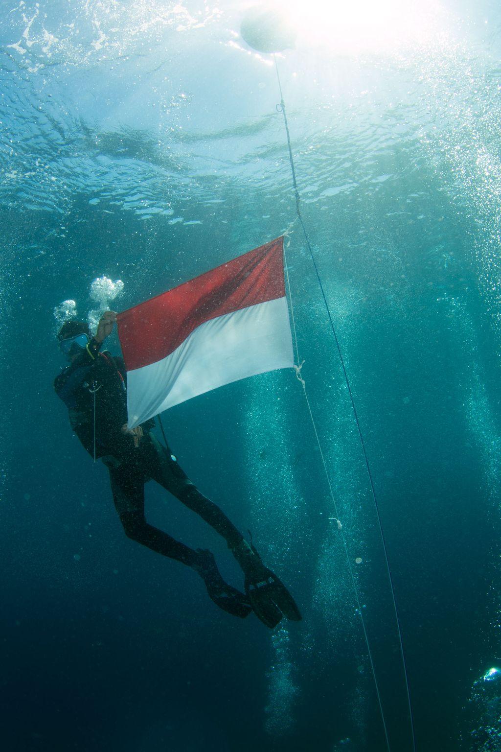 87 Gambar Pengibaran Bendera Merah Putih Di Bawah Laut