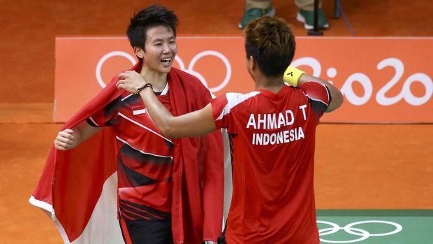 Tontowi Ahmad/Liliyana Natsir merayakan medali emas Olimpiade 2016 Rio de Janeiro.