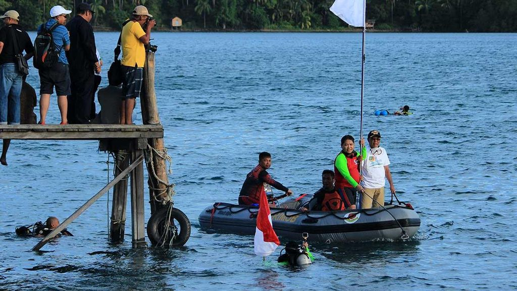 Pengibaran Bendera di Bawah Laut, Jelang Sail Karimata 2016