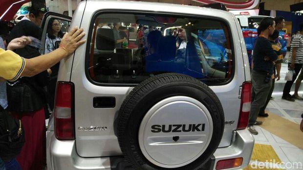 Pengunjung pameran Gaikindo Indonesia International Auto Show (GIIAS) 2016 melihat-lihat Jimny
