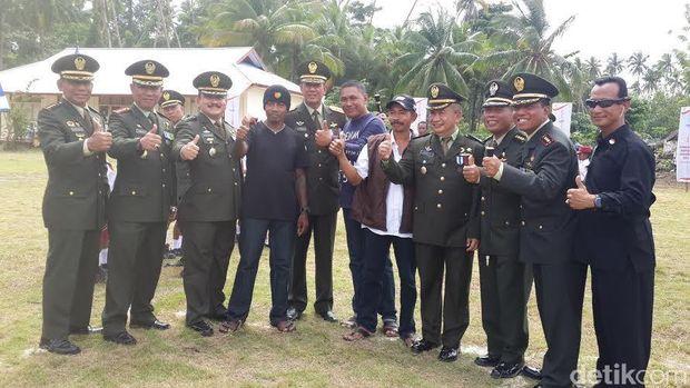 Eks separatis dengan Pangdam Mayjen Doni Monardo dan perwira Kodam Pattimura