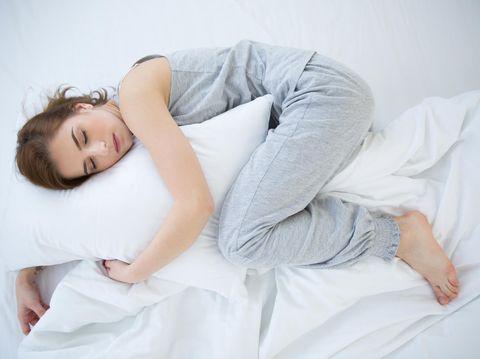 Ilustrasi tidur meringkuk
