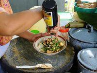 Saat Kuah Soto Bertemu Sayuran Berbumbu Rujak di Banyuwangi