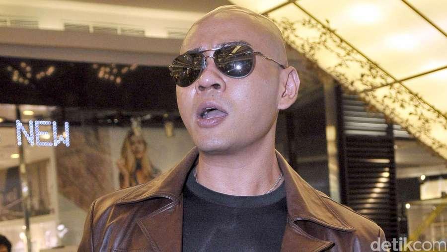 Jaket Kulit dan Kacamata Hitam Andalan Deddy Corbuzier