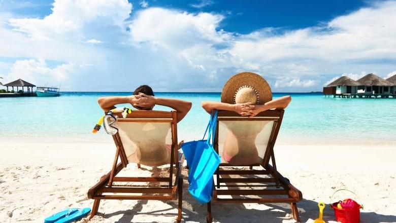 ilustrasi turis di pantai