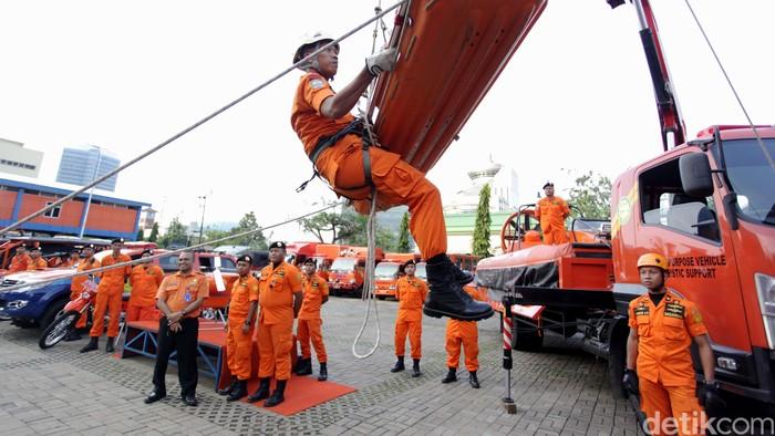 Ketum PDIP Megawati Soekarnoputri meneken MoU dengan Basarnas terkait pelatihan SAR di Gedung Basarnas, Jakarta, Rabu (24/8/2016). Dalam kesempata itu Megawati juga melihat-lihat peralatan SAR Basarnas.