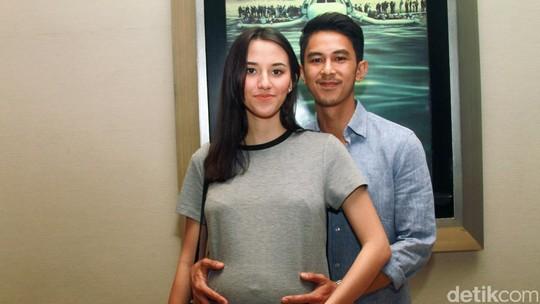 Hamil 7 Bulan, Dahlia Poland dan Fandy Christian Makin Mesra