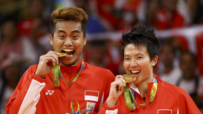 2016 Rio Olympics - Badminton - Mixed Doubles - Victory Ceremony - Riocentro - Pavilion 4 - Rio de Janeiro, Brazil - 17/08/2016. Gold medallists Tontowi Ahmad (INA) of Indonesia and Liliyana Natsir (INA) of Indonesia pose as if biting their medals.     REUTERS/Mike Blake FOR EDITORIAL USE ONLY. NOT FOR SALE FOR MARKETING OR ADVERTISING CAMPAIGNS.