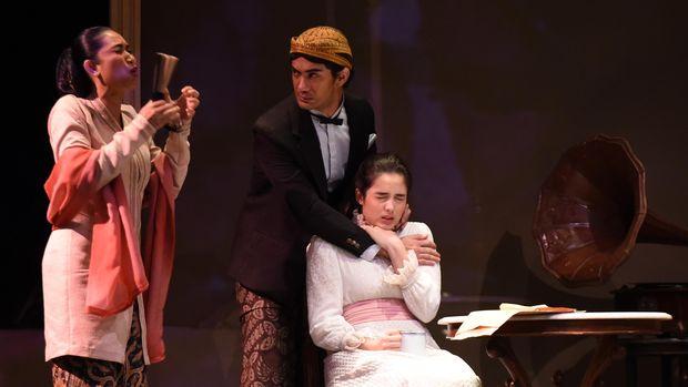 Bumi Manusia pernah dipentaskan dalam teater, dengan Minke diperankan Reza Rahadian.
