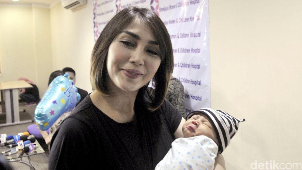 Cerita Fenita Arie Tentang Urus Anak Ketiga