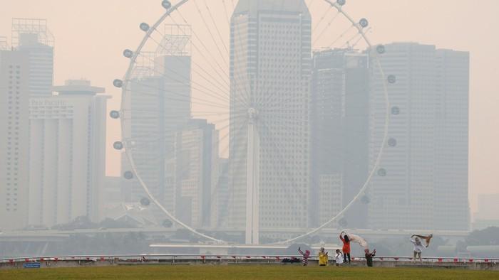 Ilustrasi dampak asap di Singapura (Foto: REUTERS/Edgar Su)
