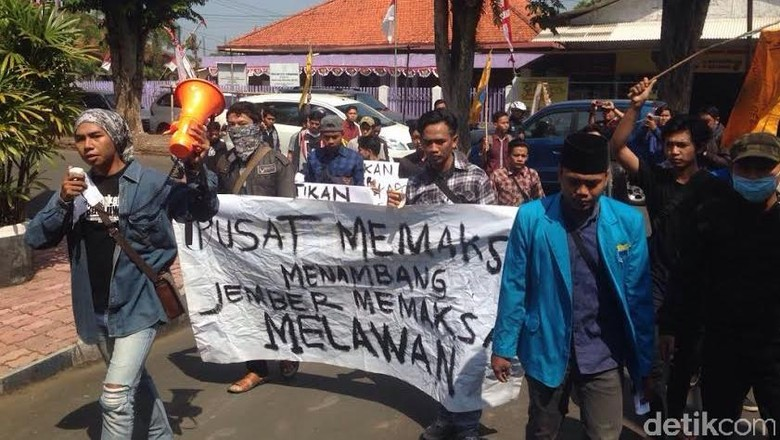 Mahasiswa Jember Demo Tolak Tambang Emas