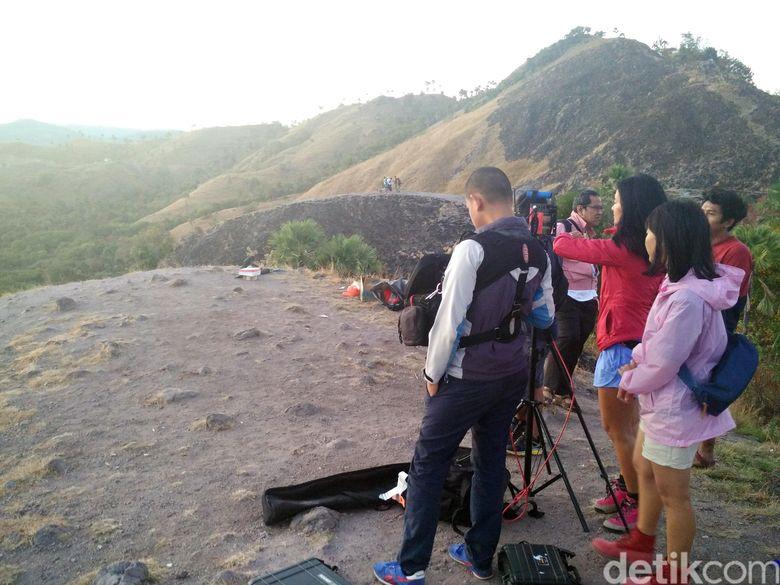 Pagi ini para pemeran melakukan syuting pertama film Labuan Hati dengan set bukit serta hotel.