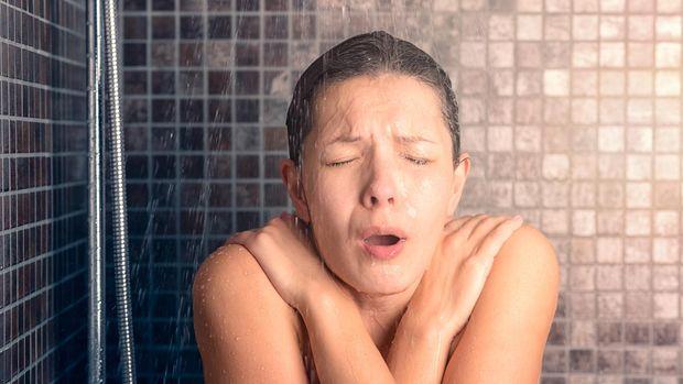 Mandi dengan air dingin atau es dapat membantu mengurangi nyeri otot