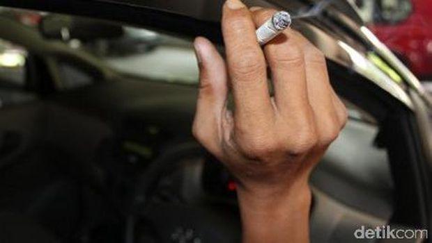 Jangan kebiasaan merokok dalam mobil