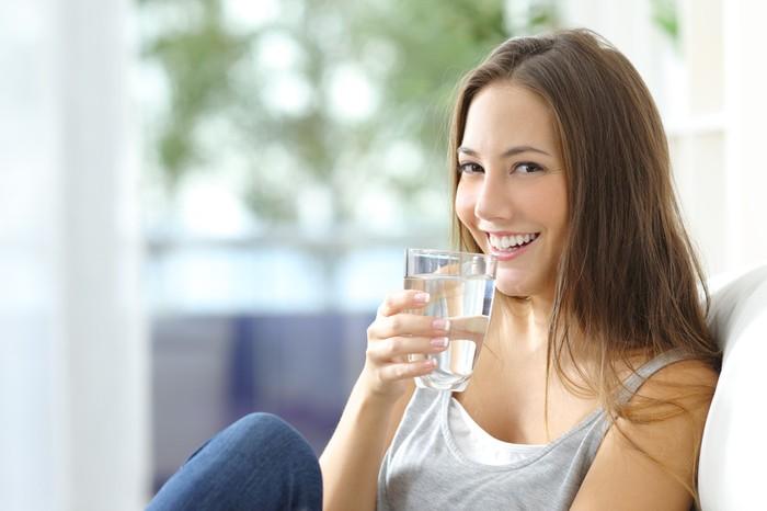 Pastikan asupan air tercukupi setiap hari. Berdasarkan hasil berbagai penelitian, dianjurkan minum air putih sebanyak delapan gelas perhari. Sama halnya dengan membakar 100 kalori perhari hanya dengan air putih. Foto: iStock